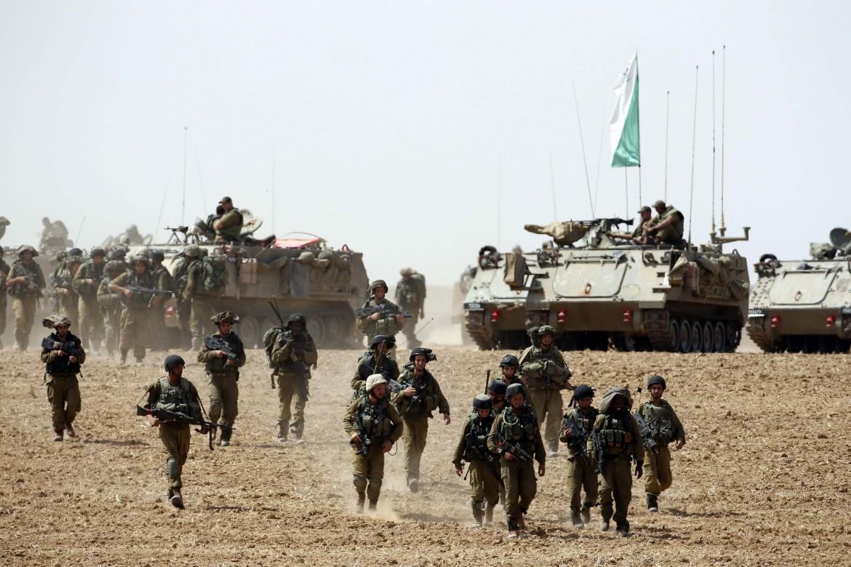 Soldati israeliani al confine con Gaza