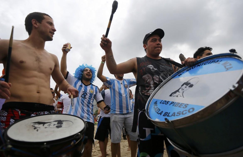 L'invasione dei tifosi argentini per le strade e sulle spiagge di Rio