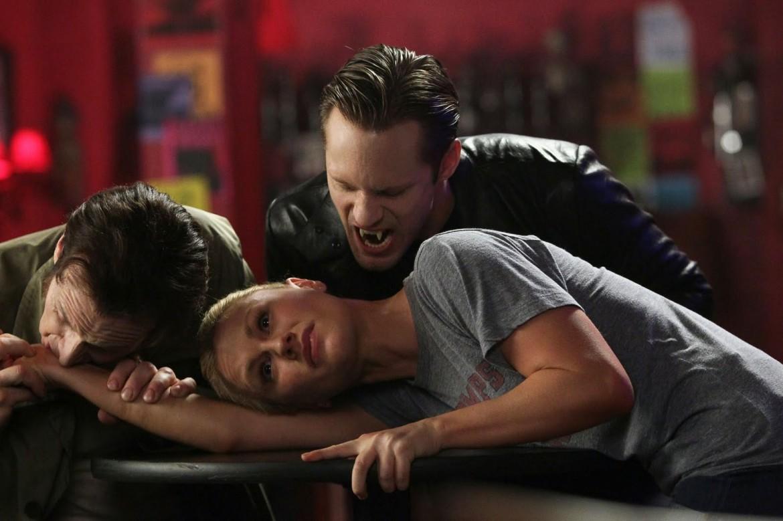 una scena dalla seconda stagione di True Blood, sotto la copertina di Rolling Stones