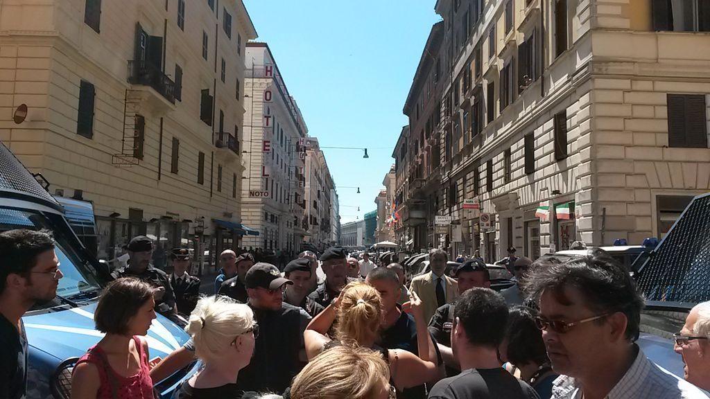 Le proteste ieri a Roma contro lo sgombero del cine-teatro Volturno