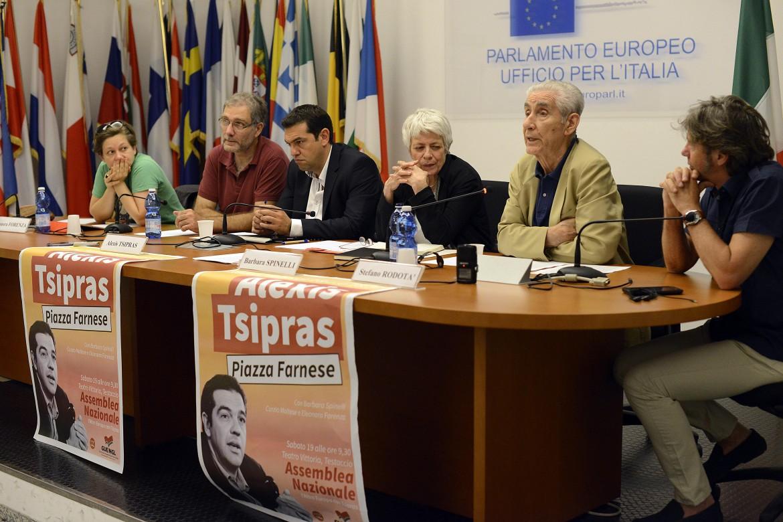 Rodotà alla conferenza stampa della lista Tsipras ieri a Roma. Da sinistra, Eleonora Forenza, Alexis Tsipras e Barbara Spinelli