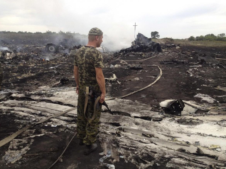Le macerie dell'aereo abbattuto nella zona di Donetsk in Ucraina