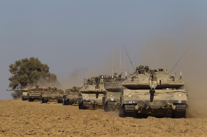 Tank israeliani al confine con Gaza