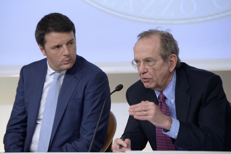 Il premier Matteo Renzi e il ministro dell'Economia Gian Carlo Padoan