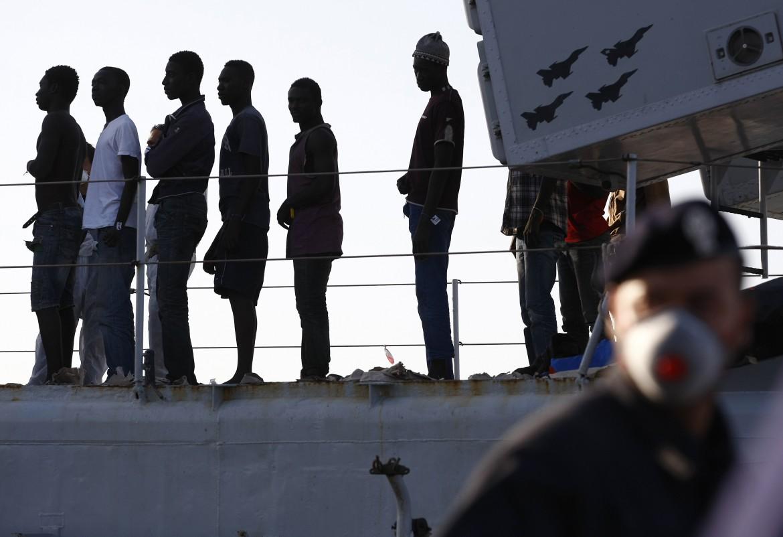 Migranti raccolti dalla marina militare italiana sbarcano in Sicilia