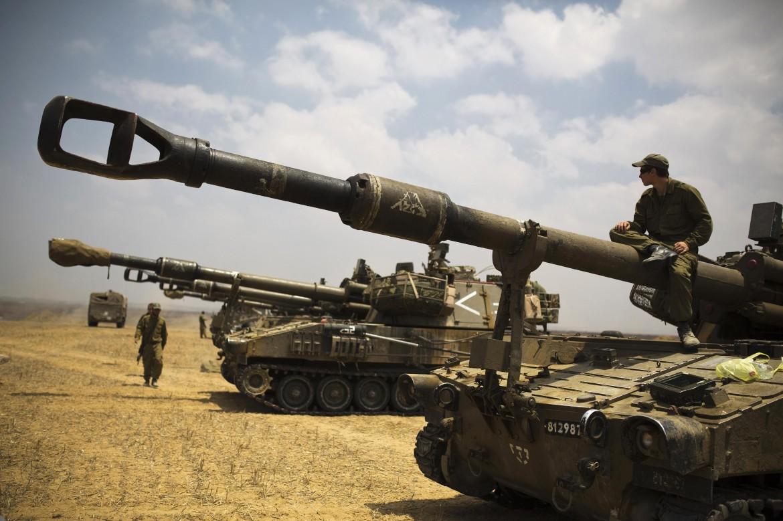 Carri armati israeliani al confine con la Striscia di Gaza