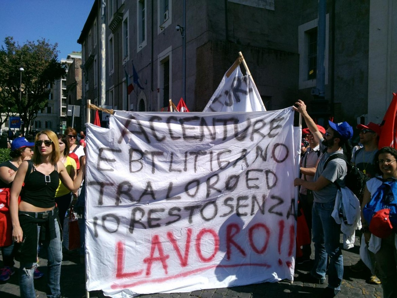 Gli operatori del call center Accenture in piazza a Palermo