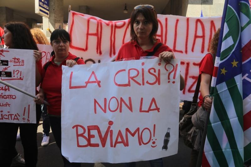 I lavoratori della Coca Cola in presidio davanti ad Assolombarda a Milano