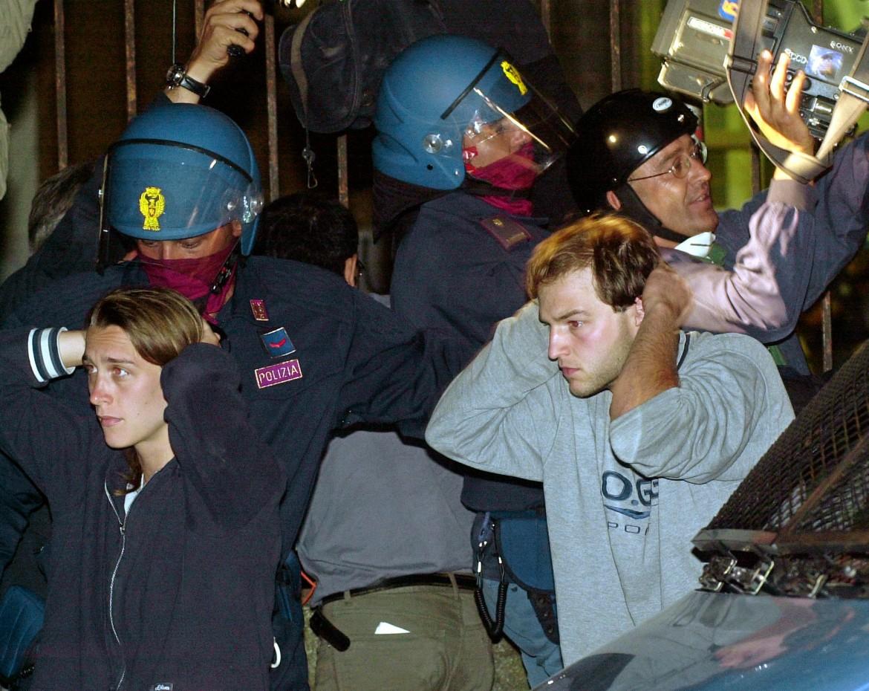 Il momento degli arresti alla Diaz