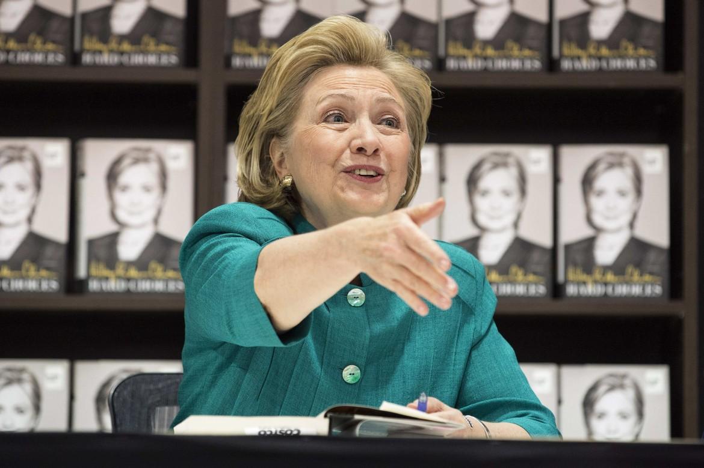 Hillary Clinton firma copie del suo libro