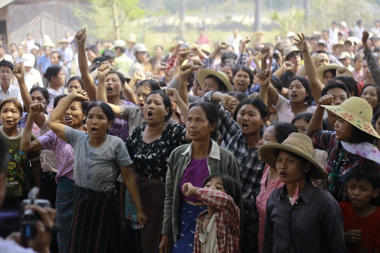 Protesta di donne a Sarlingyi (Myanmar), sede di miniere di rame e «di sangue»; in basso Aung San Suu Kyi