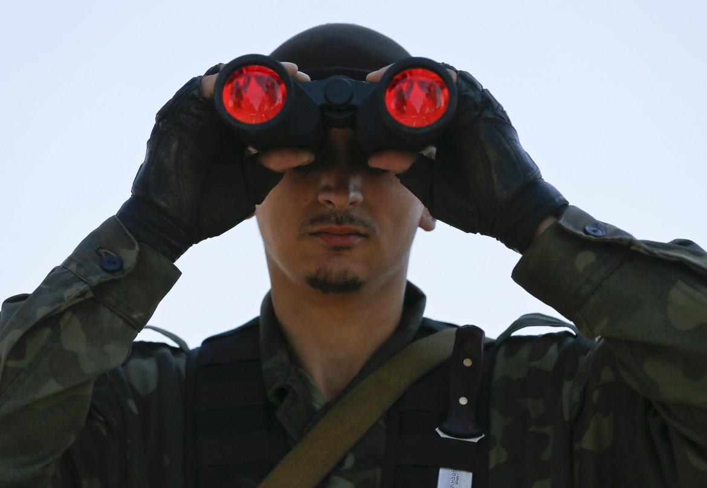 Un soldato scruta l'orizzonte in Ucraina
