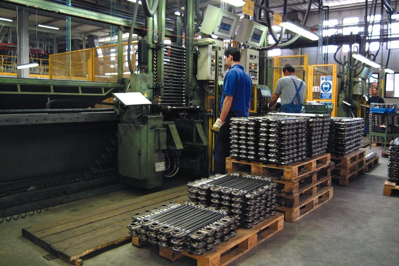 Operai al lavoro in fabbrica