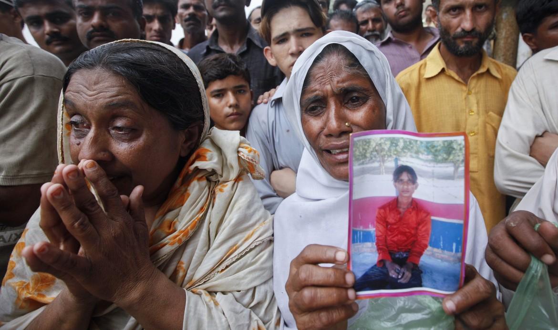 Manifestazione per le vittime del rogo della fabbirca di abbigliamento di Karachi