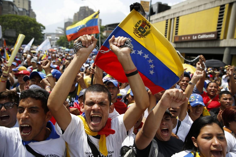 Caracas, l'opposizione manifesta contro il governo