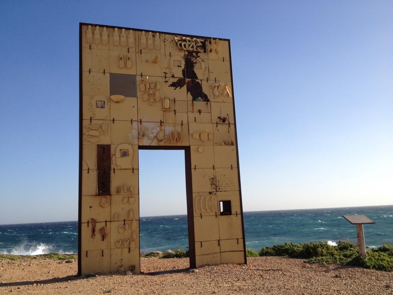 La porta di Mimmo Paladino dedicata ai migranti a Lampedusa
