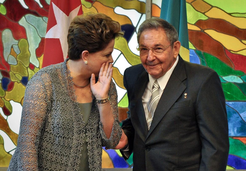 La presidente brasiliana Dilma Rousseff con il suo omologo cubano Raul Castro