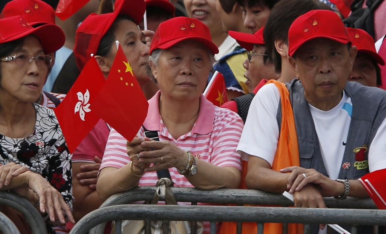 Cinesi di Hong Kong che celebrano l'anniversario della repubblica popolare