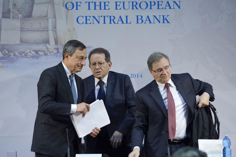 Il presidente della Bce Mario Draghi, il suo vice Vitor Constancio e il governatore di Bankitalia Ignazio Visco, ieri alla reggia di Capodimonte (Napoli)