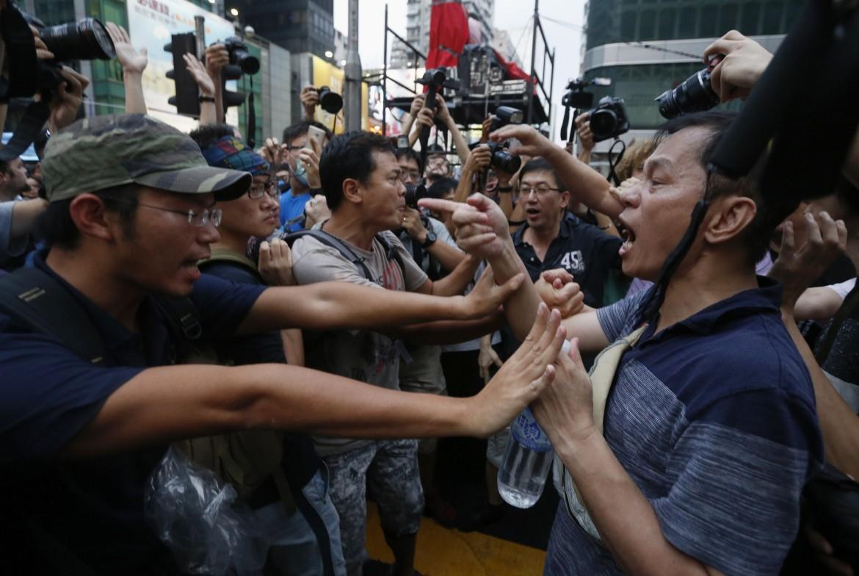 Lo scontro tra manifestanti di Occupy e chi chiede la fine delle proteste