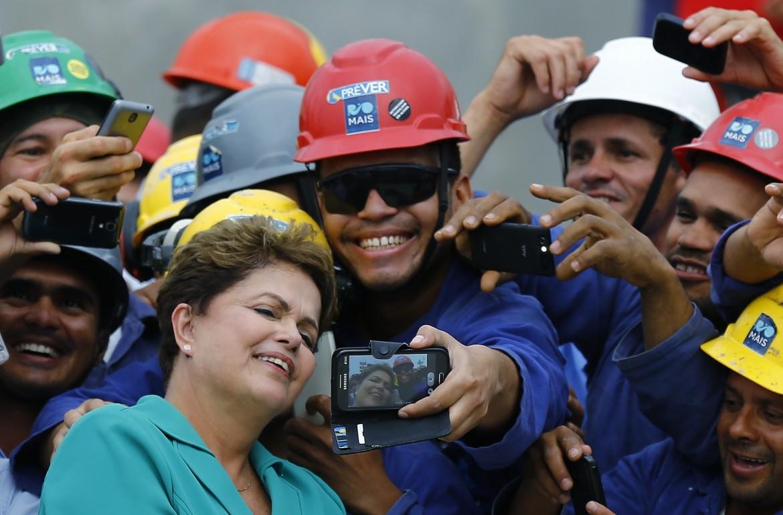 Rio de Janeiro, la presidente Rousseff con gli operai