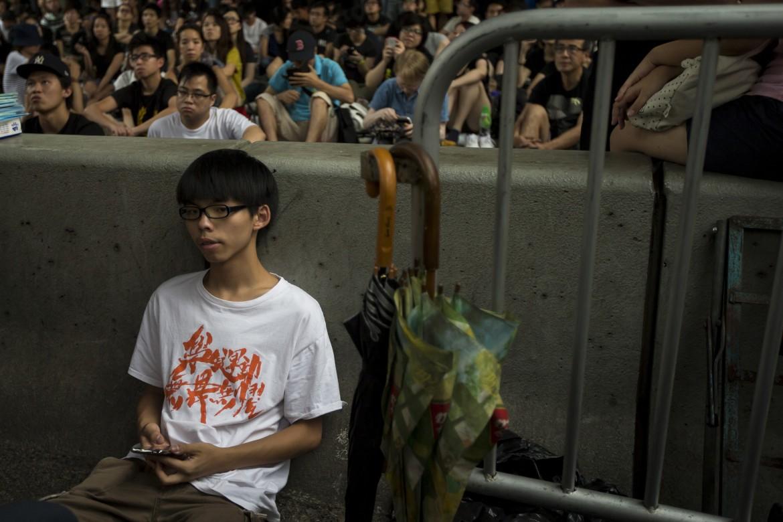 Joshua Wong, leader del movimento studentesco, si riposa dopo un discorso in piazza