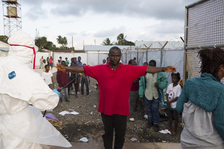 Operazioni  di disinfezione all'Island Clinic  di Monrovia, Liberia