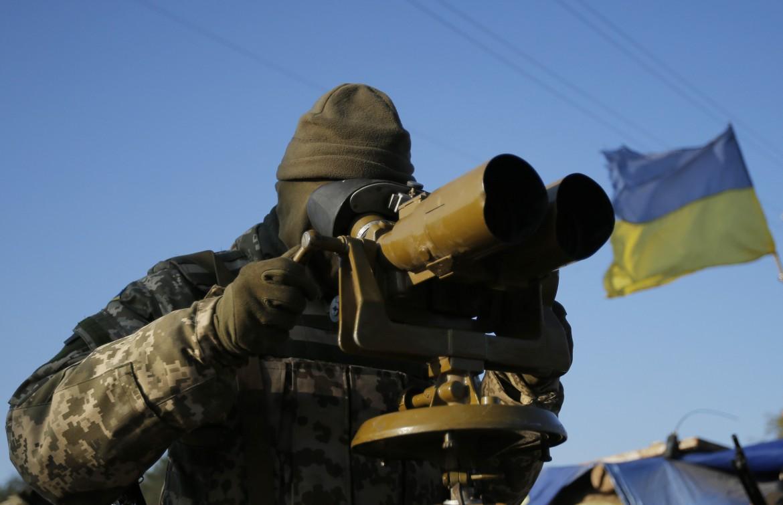 Soldato regolare ucraino osserva i ribelli