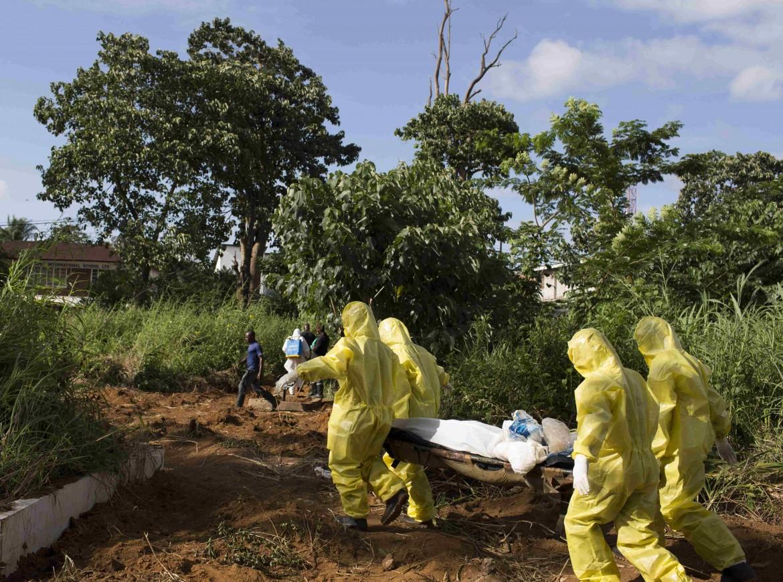 Una delle squadre di Freetown a cui è affidata la sepoltura delle vittime