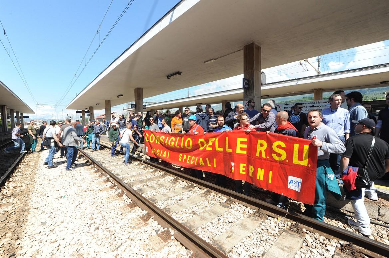 Protesta alla stazione di Terni contro la chiusura dell'acciaieria