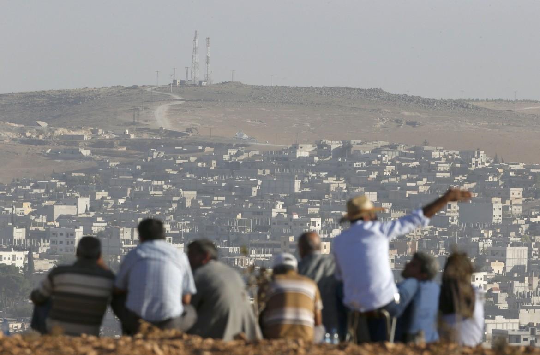 Dalla Turchia kurdi guardano la battaglia di Kobane