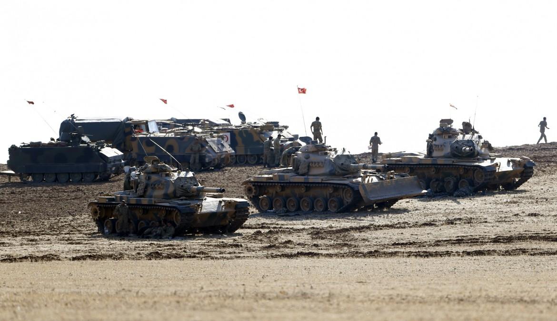 I carri armati turchi fermi al confine con la Siria
