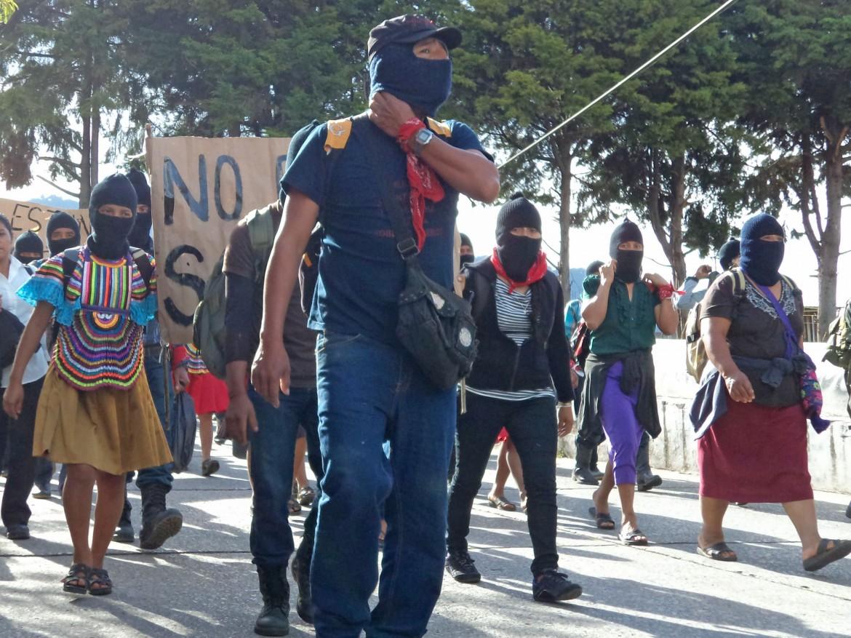 Messico, la marcia degli zapatisti in appoggio agli studenti
