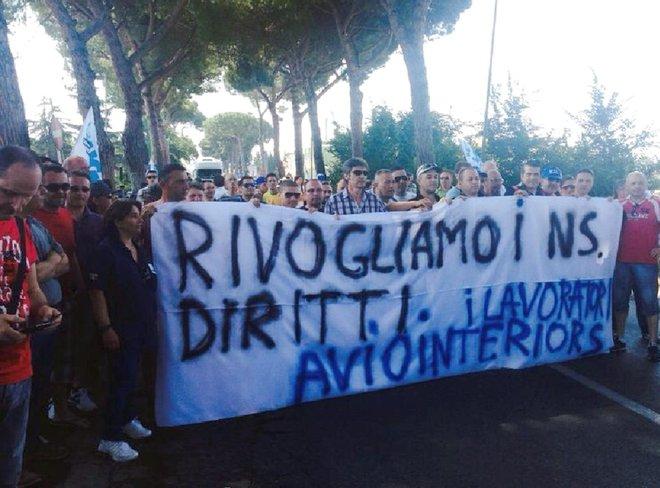 I lavoratori della Aviointeriors occupano la via Appia
