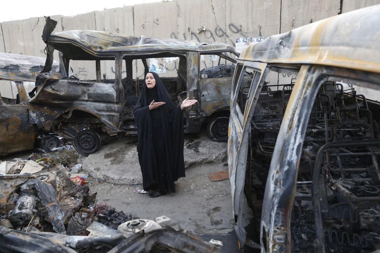 Una donna irachena sul luogo di un attentato a Baghdad