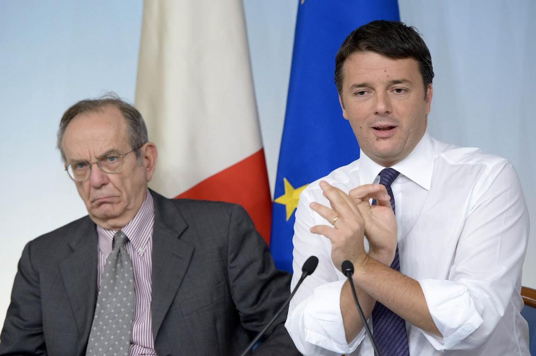 Il ministro dell'Economia Pier Carlo Padoan e il premier Matteo Renzi