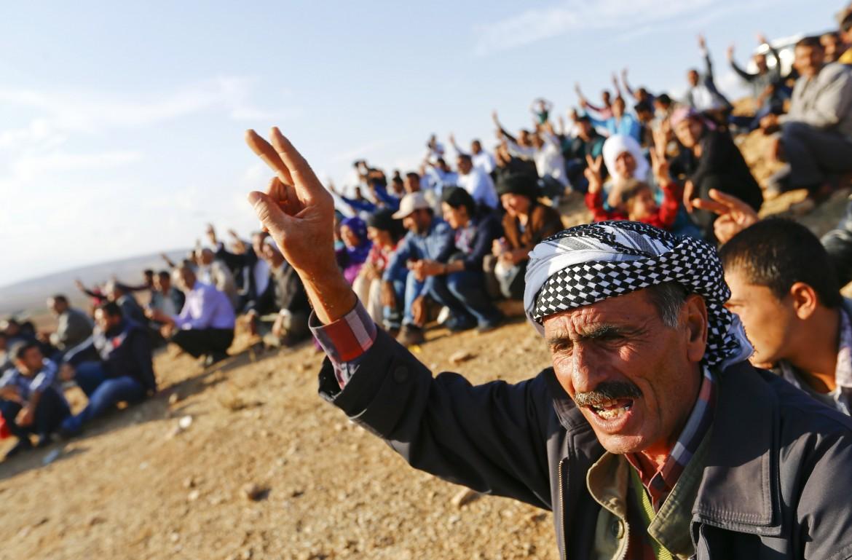 Kurdi turchi al confine in solidarietà con i combattenti di Kobane