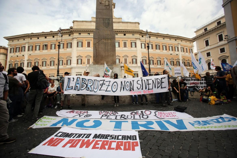 Un momento del sit-in ieri a piazza Montecitorio a Roma dei comitati