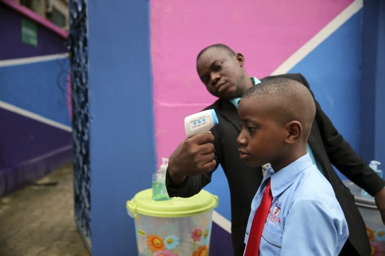Controlli anti-Ebola in una scuola di Lagos, Nigeria