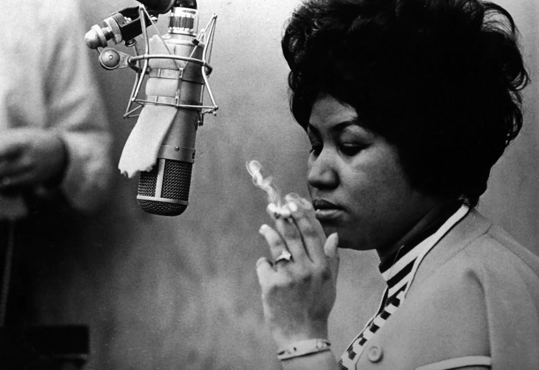 Aretha Franklin durante le session di registrazione di Respect, sotto la copertina del nuovo cd