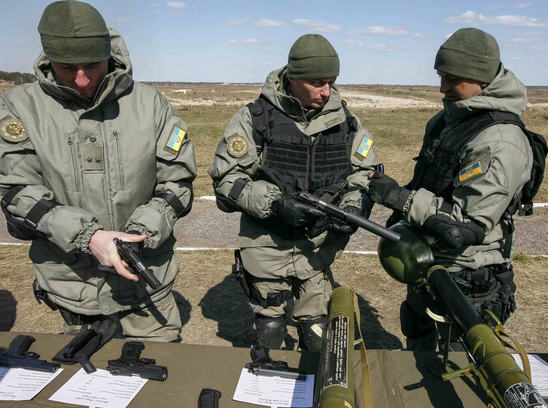 Soldati dell'esercito regolare ucraino, controllano le munizioni