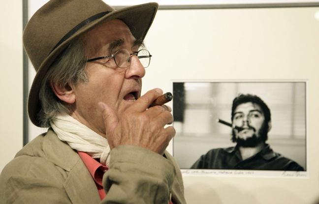 René Burri davanti al suo celebre scatto che ritrae il Che