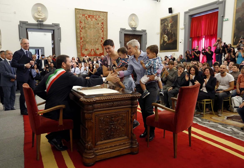Il sindaco di Roma Ignazio Marino mentre trascrive i matrimoni gay contratti all'estero