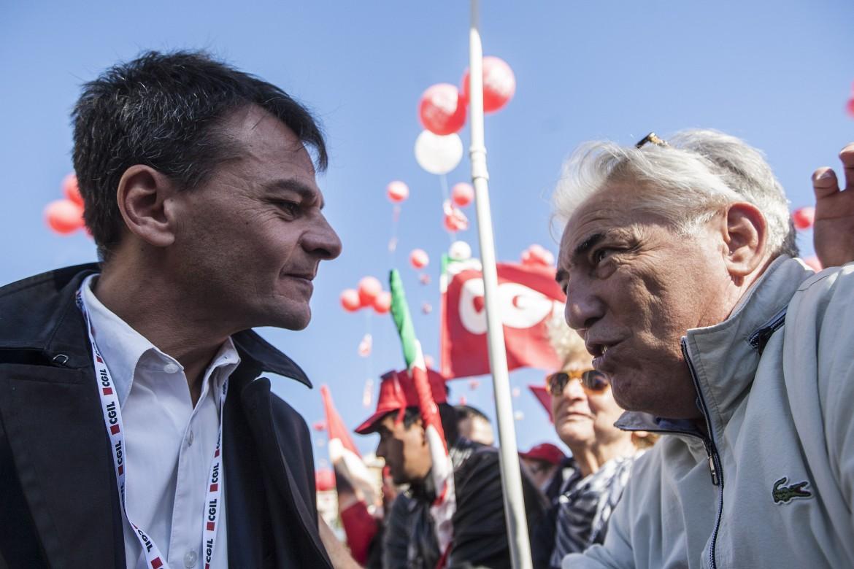 Stefano Fassina discute con un militante