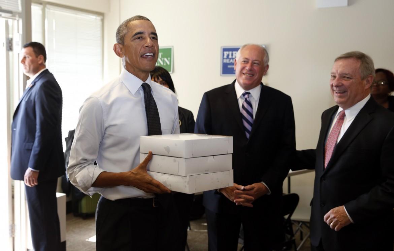 Obama porta pasticcini nel quartier generale di Pat Quinn a Chicago