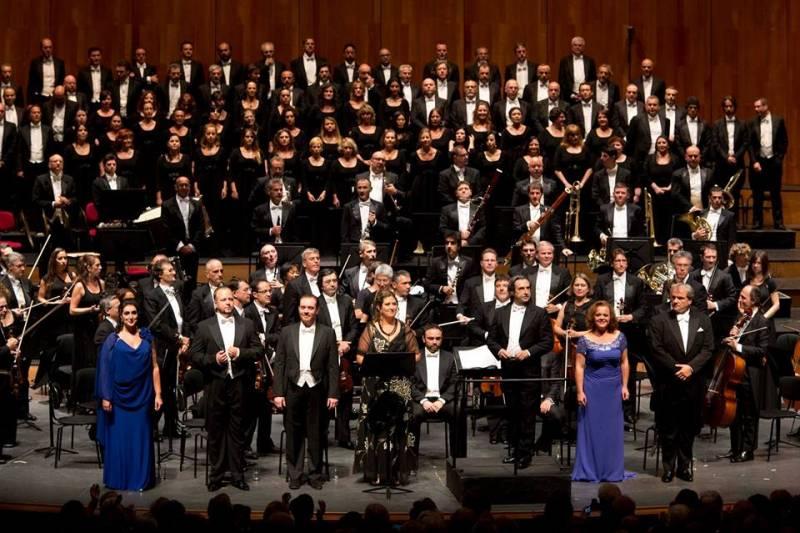 l'orchestra del teatro dell'Opera di Roma con l'ex direttore Riccardo Muti