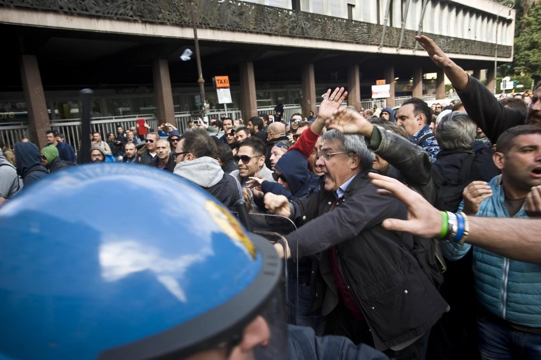 Il segretario generale della Fiom Maurizio Landini cerca di fermare la carica della polizia