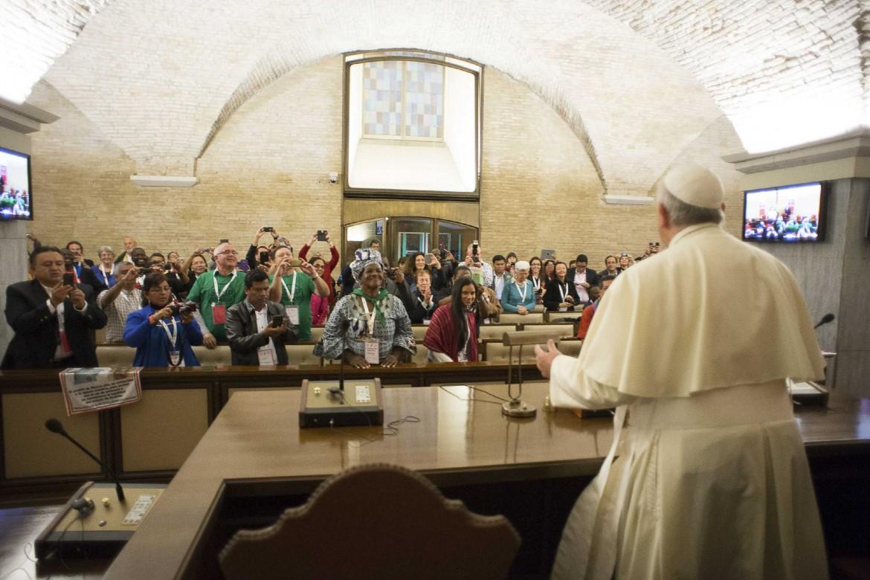 Il papa all'inizio dell'incontro con i movimenti in Vaticano