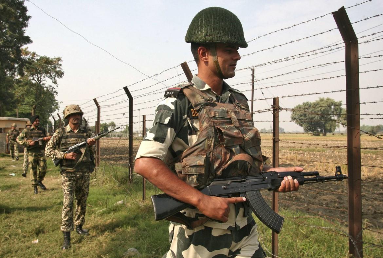 Aoldati pakistani al confine con l'India