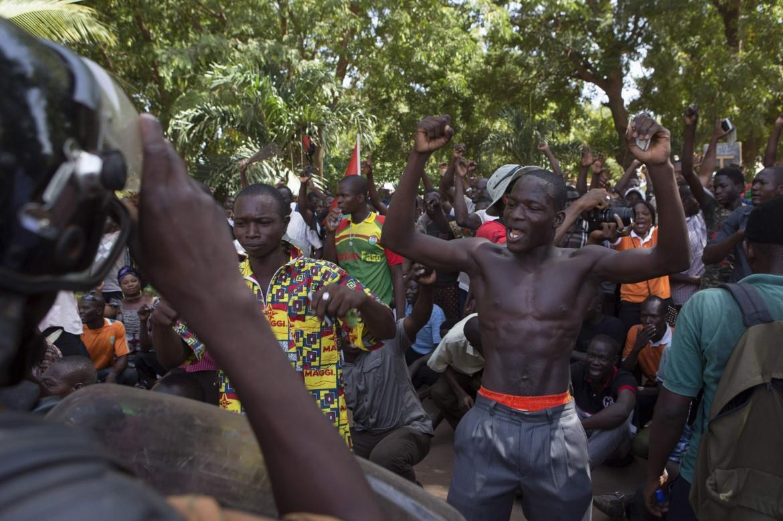 Tensioni domenica scorsa davanti alla sede della tv burkinabé, occupata dall'esercito